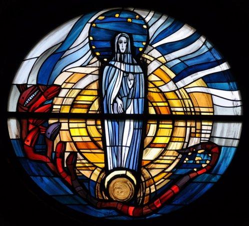 Marienfenster im Altarraum der Kirche Maria Immaculata