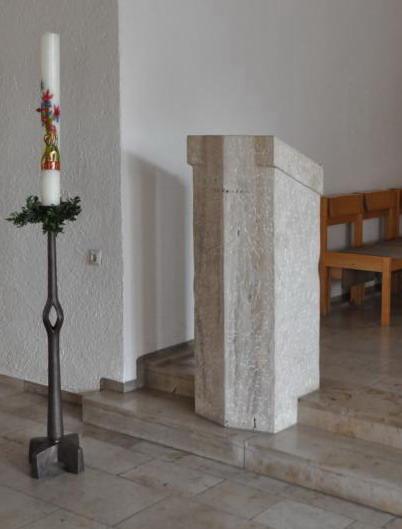 Ambo mit Osterkerze in der Kirche Maria Immaculata